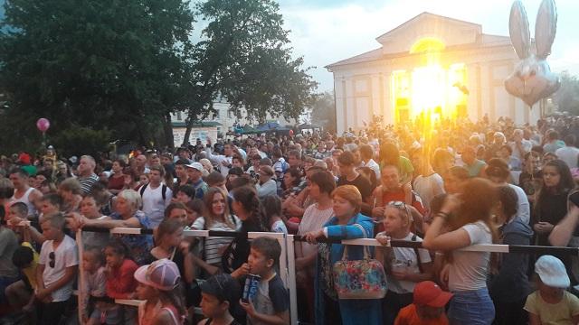 26 августа 2017 года в 18:00 на площади Центра культуры и кино «Родина» состоялась концертно-развлекательная программа «Примите наши поздравления!», посвященная Дню поселка Буланаш.