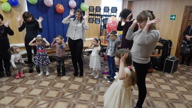 2 декабря в ЦКиК «Родина» состоялась игровая развлекательная программа «Семейная азбука дружбы». Малыши со своими родителями путешествовали по станциям, выполняли различные задания, пели песни, рисовали, собирали пазлы и танцевали.