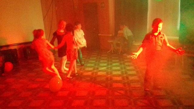 14 декабря в ЦКиК «Родина» прошла детская игровая кинопрограмма «В преддверии праздника».  Дети с удовольствием выполняли сложные задания Деда Мороза, путешествуя по различным станциям.  После игры мальчики и девочки посмотрели мультик.