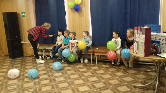 17 декабря в ЦКиК «Родина» состоялась детская развлекательная программа, посвященная предстоящим новогодним праздникам. Дети поучаствовали в командных соревнованиях, получили море положительных эмоций и, конечно же, сладкие призы.