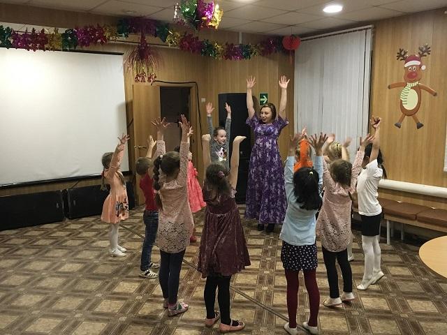 19 декабря в ЦКиК «Родина» состоялась детская игровая программа «Путешествие в страну заветных желаний». Малыши побывали на станции загадок, на горе здоровья, на острове «Мадагаскар», в стране сказок и в городе Танцевальске. Все участники получили призы и сладкие подарки.