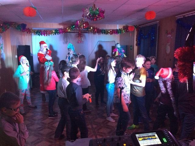 25 декабря в ЦКиК «Родина» состоялась игровая развлекательная программа «Новогоднее волшебство в Нифритовом дворце» для учащихся 5 «Б» класса МБОУ «СОШ № 9». Дети отправились на празднование Нового года в Нифритовый дворец, где их ждали Дед Мороз и Снегурочка. Ребята получили подарки из рук главнокомандующих дворца, водили хороводы, играли в игры, прыгали на батуте и смотрели мультфильмы.