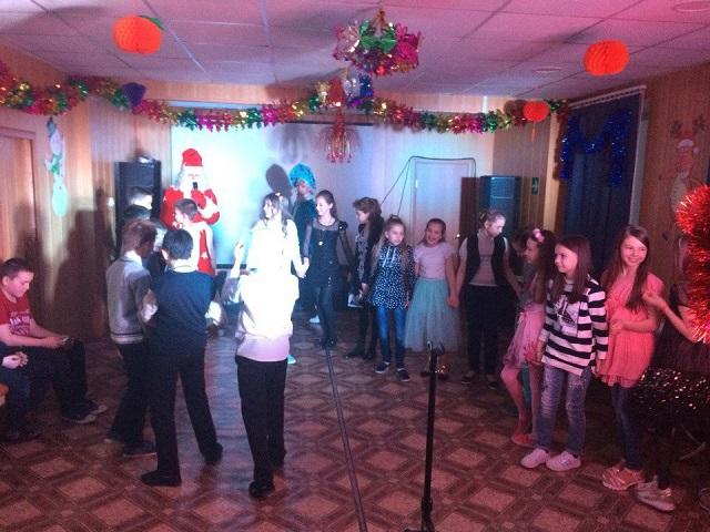 25 декабря в ЦКиК «Родина» прошла праздничная игровая программа «Новогоднее чудо» для 5 класса МБОУ «СОШ № 9». Ребята с удовольствием играли в игры, соревнуясь за звание «помощник» Деда Мороза и Снегурочки. Получали призы и подарки.