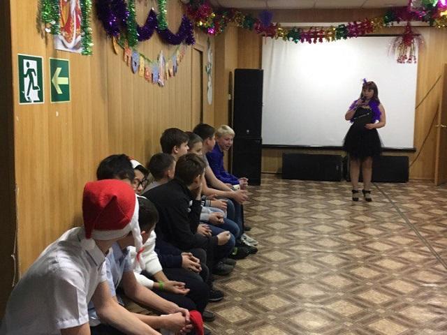 27 декабря в ЦКиК «Родина» прошла праздничная танцевальная программа «Диско пати у новогодней ёлки» для учащихся 7-х классов Школы №8. Встретив Деда Мороза и Снегурочку, участники программы разучили и станцевали флешмоб, после чего приняли участие в танцевальном марафоне. Все ребята получили памятные сувениры и сладкие подарки.