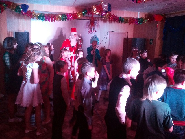 28 декабря в ЦКиК «Родина» прошла игровая программа «К нам приходит Новый год и подарки нам несёт!» для 5 «Б» класса Школы №8. Дети с удовольствием пели, танцевали, прыгали на батуте и получили долгожданные подарки от Деда Мороза и Снегурочки.