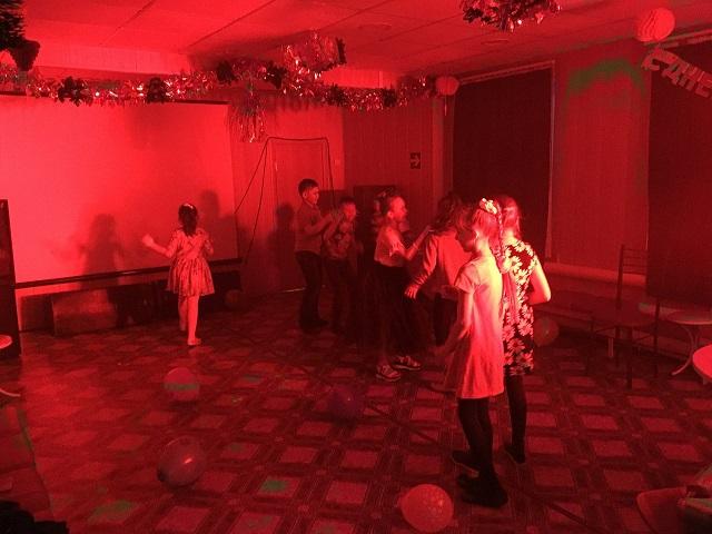 9 января в ЦКиК «Родина» состоялась танцевальная развлекательная программа «Школа королей танцпола». Участники в игровой форме познакомились с различными жанрами танца.