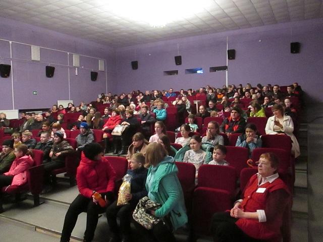 24 апреля в Центре культуры и кино «Родина» состоялись специальные кинопоказы для учащихся и учителей 9-й школы поселка Буланаш. Учащиеся начальных классов посмотрели в формате 3D мультфильм «Славные пташки», а учащиеся средних и старших классов увидели российскую спортивную драму «Тренер».