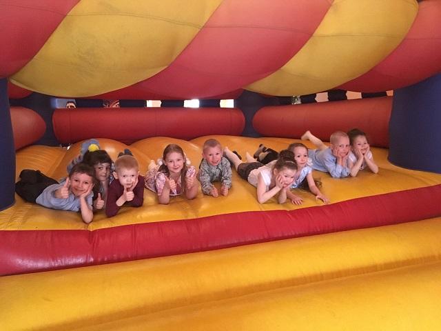 5 мая в Центре культуры и кино «Родина» состоялась игровая развлекательная программа «Страна Нетландия» для детей от 4 до 7 лет. В ходе игрового процесса мальчики и девочки получали новые знания, играли, разгадывали различные ребусы.