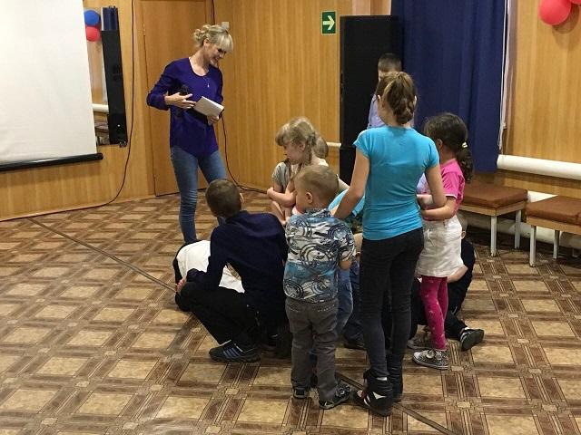 3 Мая в Центре культуры и кино «Родина» состоялась игровая программа «Лунтик и его друзья». Мальчики и девочки помогали Лунтику отыскать подарки, которые он случайно потерял.