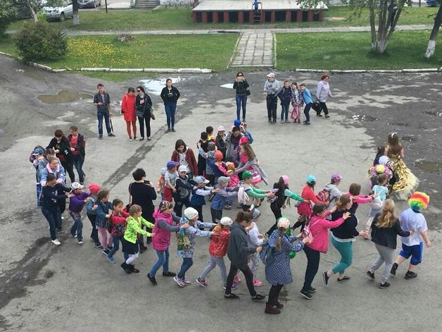 19 июня на площади Центра культуры и кино «Родина» состоялась игровая программа «Здравствуй, лето!» для детей летнего оздоровительного лагеря Дома детского творчества №22.  Ребята отправились в путешествие в поисках долгожданного лета. Пели песни, водили ритуальные хороводы, отгадывали загадки и танцевали.