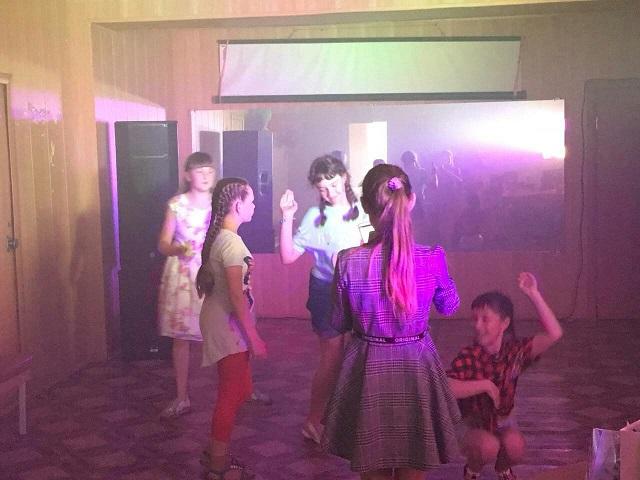11 июля в ЦКиК «Родина» состоялась детская танцевальная программа «Лето, солнце, жара - танцуй до утра!» Дети участвовали в конкурсе танцев, пели песни о лете и собирали волшебную песочную пирамиду, исполняющую заветные желания. По окончании мероприятия все дети отправились прыгать на батуте.