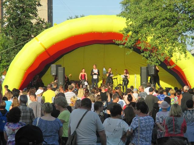 14 июля на площади ЦКиК «Родина» состоялся рок-фестиваль посвященный, памяти легендарного музыканта Виктора Цоя и группы «Кино».