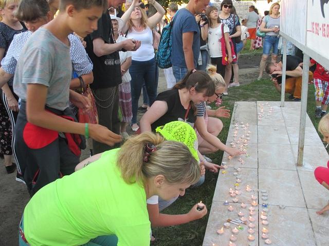 На протяжении трех с половиной часов со сцены звучали песни Виктора Цоя. Все желающие могли расписаться на стене памяти и зажечь свечи в знак признательности творчества своего кумира.