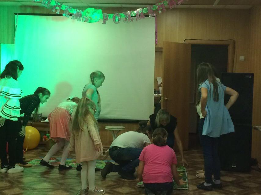 18 сентября в ЦКиК «Родина» состоялась детская игровая программа «Осени прекрасная пора». Ребята проходили различные этапы квест-игры, чтобы получить сладкие призы.