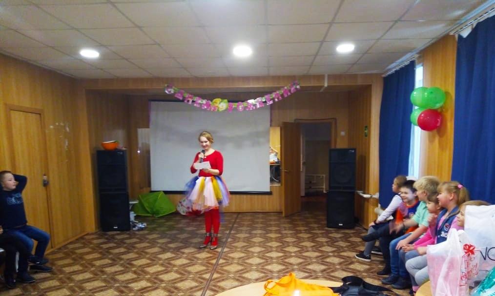 5 октября в Центре культуры и кино «Родина» состоялась детская игровая программа «Октябринка и друзья». Участники отвечали на вопросы об осенних приметах, через игры и спортивные состязания познакомились с дарами леса.