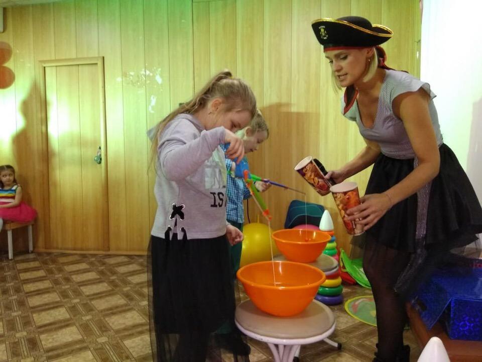 6 октября в Центре культуры и кино «Родина» состоялась детская игровая программа «На пиратском корабле». Ребята, получив письмо с различными заданиями, отправились в путешествие за сокровищами. Девочки и мальчики разгадали шифр и получили сладкие призы.