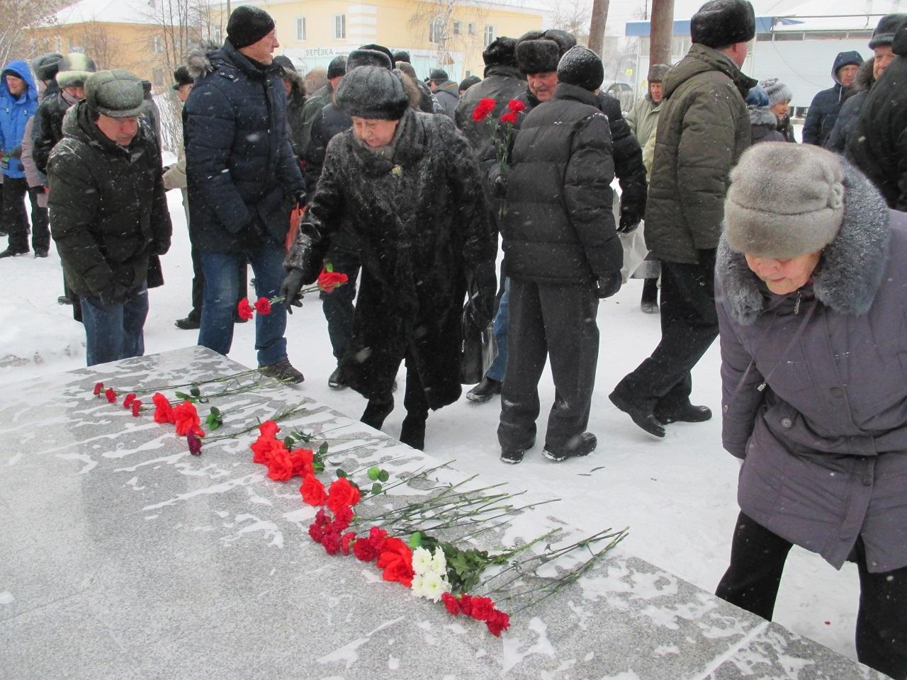 29 ноября состоялось памятное мероприятие «Павшим в сражении за камень горючий». У Памятника шахтёрскому труду собрались бывшие шахтёры и горноспасатели, чтобы возложить цветы и почтить минутой молчания погибших шахтёров.