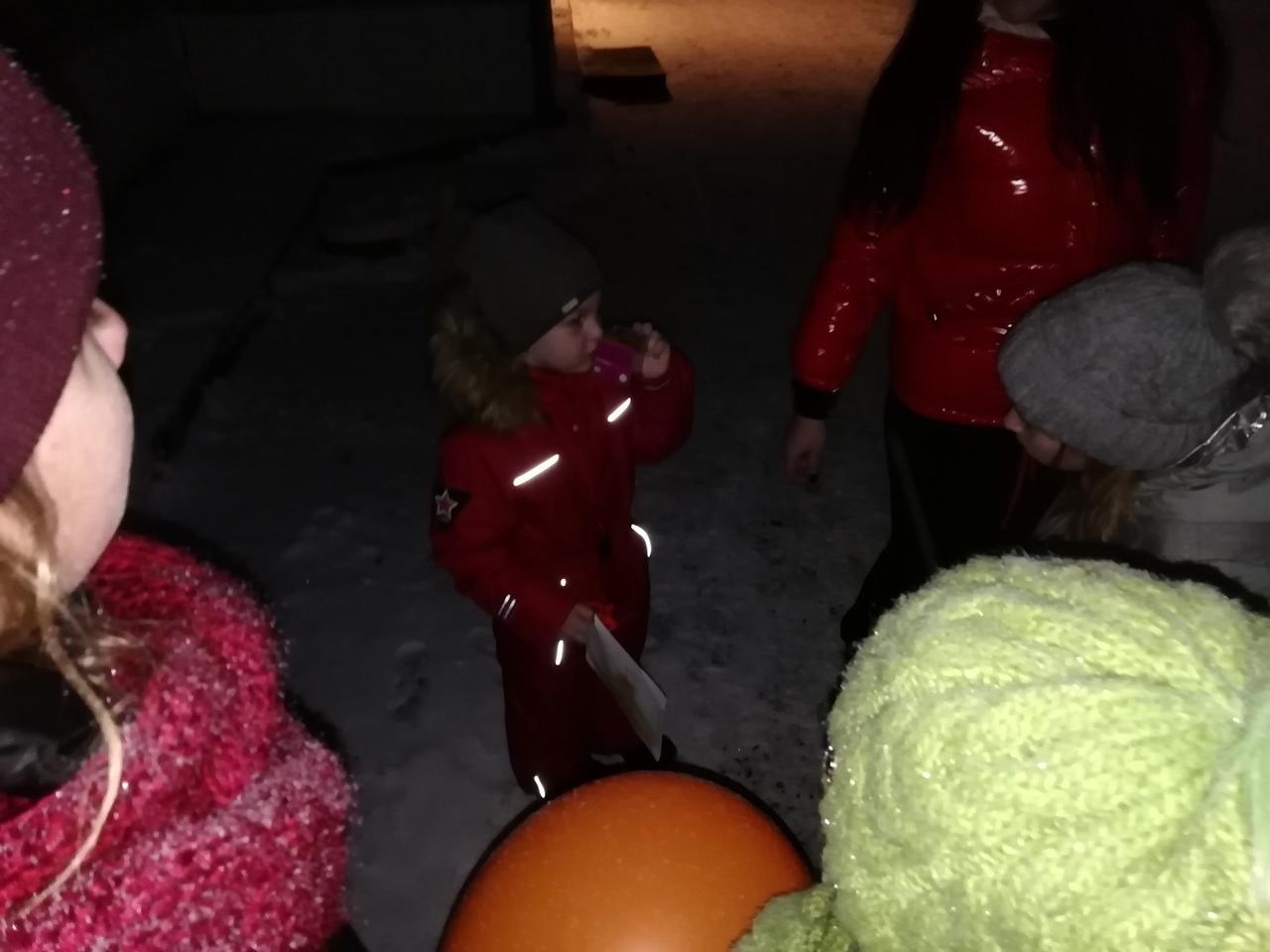 21 ноября ребята из детской творческой студии «Таурики» Центра культуры и кино «Родина» провели акцию «Мамочке любимой подарочек вручи!», посвященную Дню матери. Дети вручали малышам воздушные шарики со словами: «Сделай подарочек своей маме!». Более 20 малышей подарили подарки своим мамочкам в преддверии замечательного праздника.