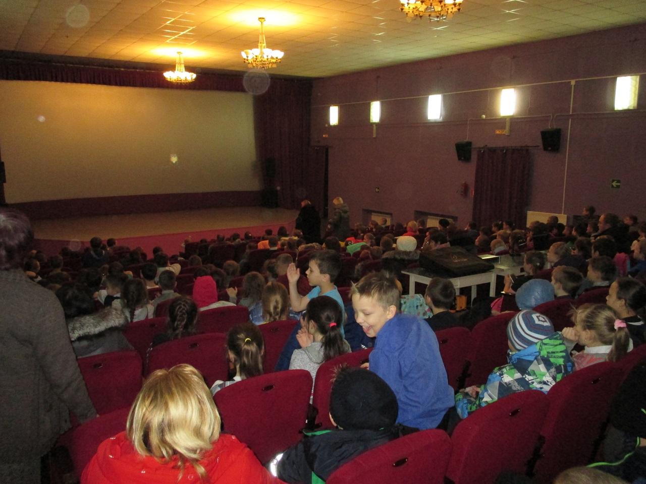 Добавим, что показ фильма «Щелкунчик и четыре королевства» в Центре культуры и кино «Родина» с 8 по 12 декабря шел по специальной акции «В кино всего за сто!» - билеты на 2D версию фильма стоили всего 100 рублей. Благодаря акции фильм посмотрело более 900 человек, и дважды на сеансах был отмечен аншлаг – все 235 мест кинозала были заняты зрителями.