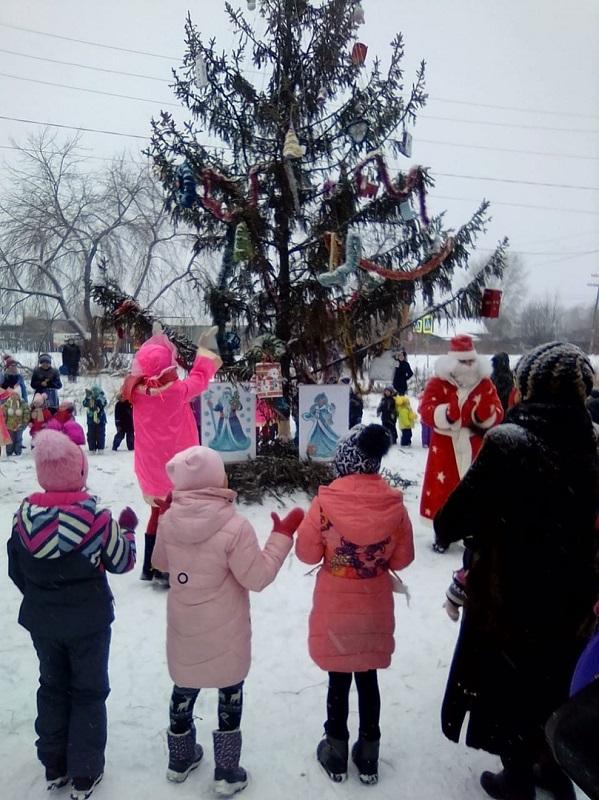 22 декабря состоялось открытие снежных городков в поселке Буланаш в микрорайонах «Факел» по адресу пер. Забойщиков, 11 и «№8» по адресу ул. Февральской Революции, 54, а также в городе Артемовский в микрорайоне «Лесной».