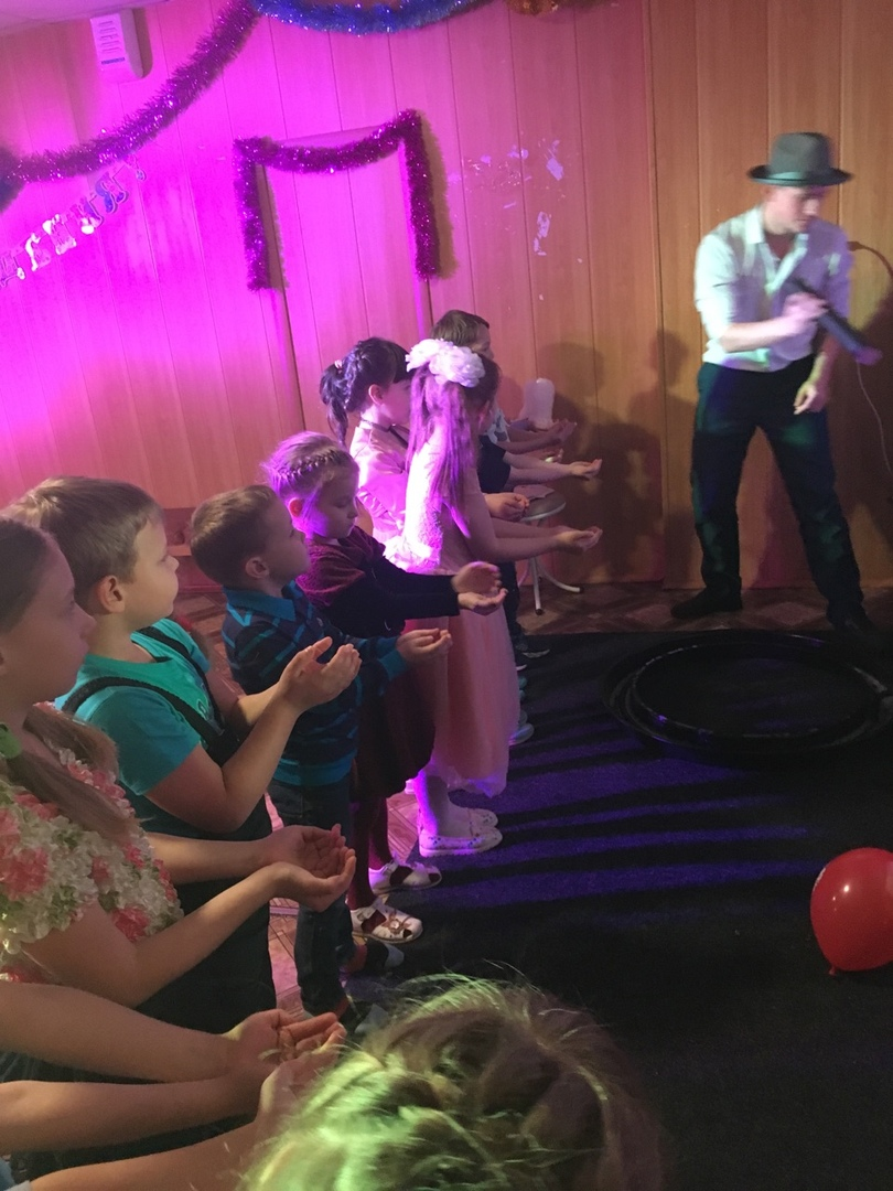 26 декабря в Центре культуры и кино «Родина» состоялась развлекательная программа «Чудеса на Новый год». Необычным было поздравление от волшебника из страны Оз – с шоу мыльных пузырей. Также, ребята участвовали в танцевальной программе, играли в различные игры на повторение движений и пели новогодние песни.