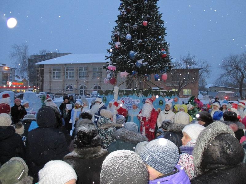 28 декабря на площади Театральная поселка Буланаш на открытии снежного городка состоялся «Парад Дедов Морозов и Снегурочек».