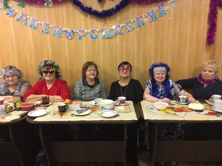 28 декабря в Центре культуры и кино «Родина» состоялся новогодний бал-маскарад для ветеранов. Гости мероприятия приняли участие в конкурсах новогодних костюмов и поздравлений, пели песни и танцевали.