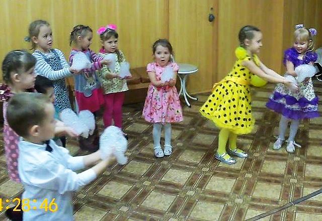 9 января в Центре культуры и кино «Родина» состоялась детская игровая программа «Дорога в зимнюю сказку». Ребята участвовали в музыкальной викторине, рисовали любимых сказочных героев и играли с феей мыльных пузырей.