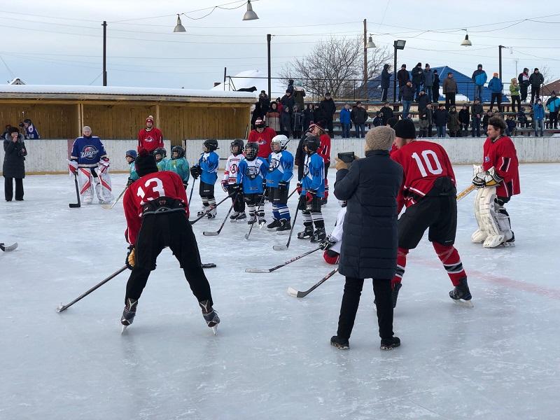 14 февраля на корте Детской юношеской спортивной школы №25 посёлка Буланаш состоялась товарищеская встреча по хоккею между командами Канады и Артёмовского городского округа.