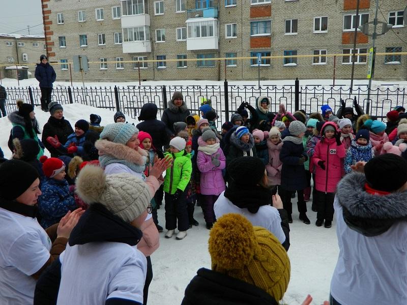 21 февраля на площади МАОУ СОШ 8 сотрудники ЦКиК «Родина» совместно с волонтерами 8 классов провели игровую программу «Мы хотим сильнее быть - будем Родине служить» для детей начальных классов.