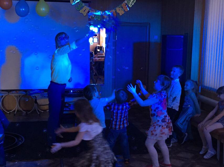 Фото. 17 марта состоялась детская игровая программа «Путешествие в страну Льдов». Детишки вырезали снежинки, создавая «Ледяной альбом», «лепили» снежки. Фотографии.