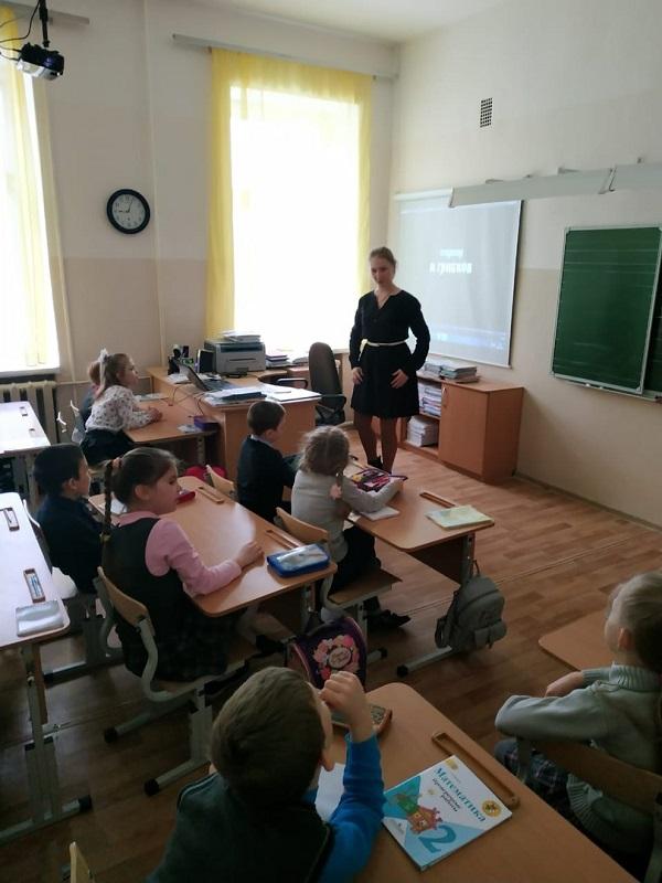 Фото: 21 марта на базе школы №8 для учащихся 2 класса состоялась кинопрограмма «Самоцветы Уральских гор» посвященная 85-летию Свердловской области.