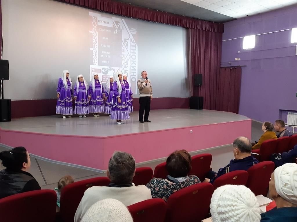 Со сцены с приветственным словом выступил депутат Думы Артёмовского городского округа председатель правления местной религиозной организации мусульман «Рамадан» почетный гражданин города Артёмовский Тухбатуллин Тагир Нуртдинович.