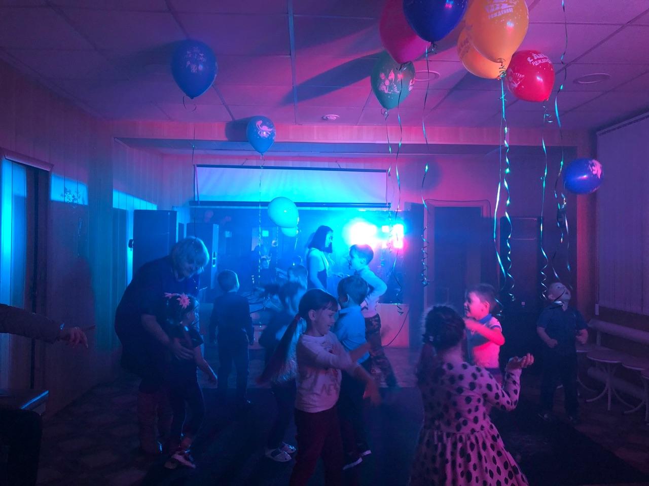 детская танцевальная игровая программа «Сегодня некогда скучать, будем петь и танцевать!»