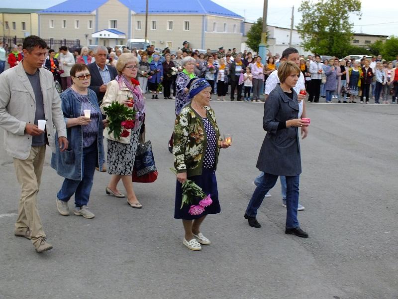Первыми возложили цветы и зажгли поминальные свечи депутаты Артемовской Думы, общественники и почетные граждане посёлка Буланаш.