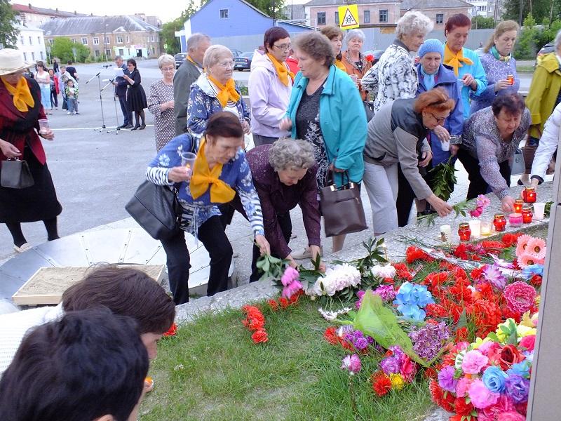 Затем к памятнику прошли колонны ветеранских организаций