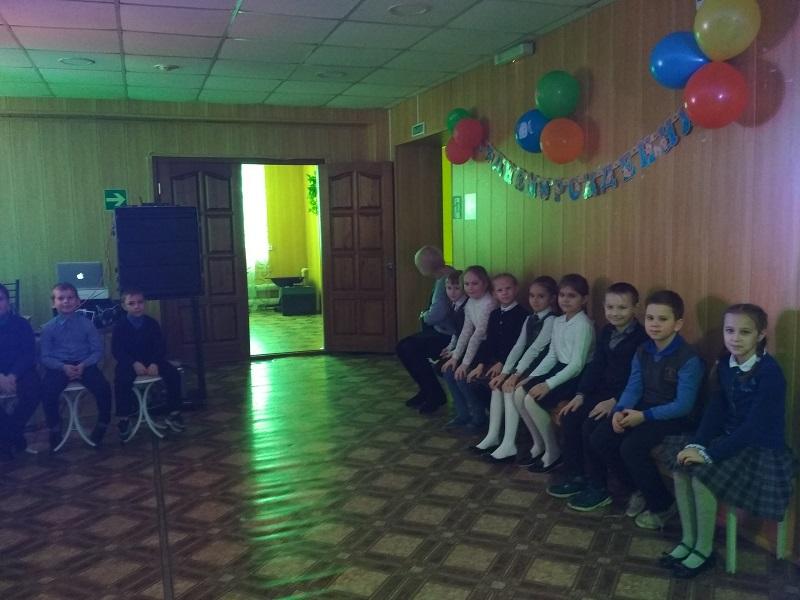 Фото детей в помещении на втором этаже