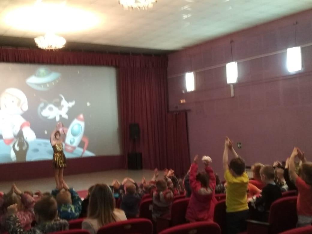 В конце программы малыши танцевали веселый танец по названиям планет, представляя себя маленькими ракетами, чтобы помочь Звездочке снова вернуться домой в космос