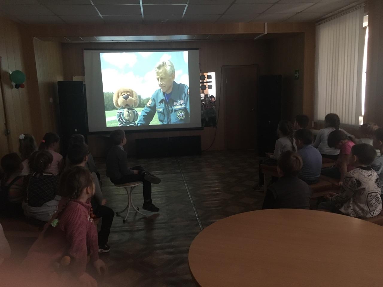 Аркадий Паровозов, Хрюша и Филя, рассказали мальчикам и девочкам, как нужно вести себя в лесу и как не заблудиться