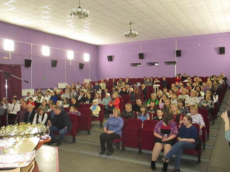 В зрительном зале Центра культуры и кино «Родина» собрались педагоги, руководители образовательных учреждений, родные, друзья, которые дружно аплодировали каждому номинанту.