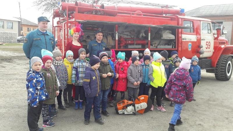 В завершении программы всех ребят на площади возле ЦКиК «Родина» встретили сотрудники МЧС и показали устройство пожарно-спасательной техники.