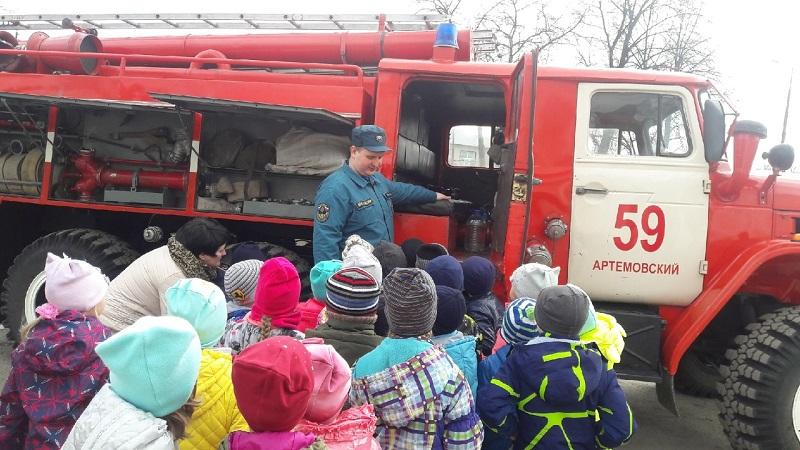 сотрудники МЧС и показали устройство пожарно-спасательной техники