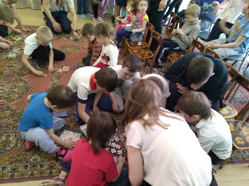 Подарили подарки, помогли выложить картинки из пазлов и собрали азбуку из кубиков.