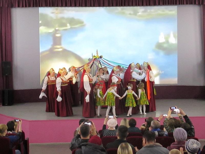 всех присутствующих пришли поздравить творческие коллективы «Шахтерский огонек», «Первоцвет», «Таурики» и учащиеся ДШИ №2