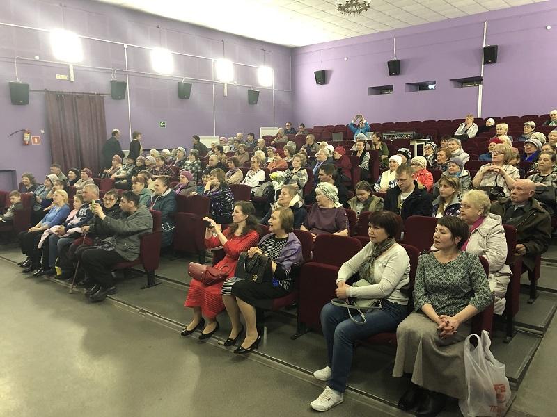 Зрители многое узнали о каждой из участниц коллектива, послушали русские народные песни, аплодировали и кричали «Браво!» замечательным артистам «Шахтёрского огонька»