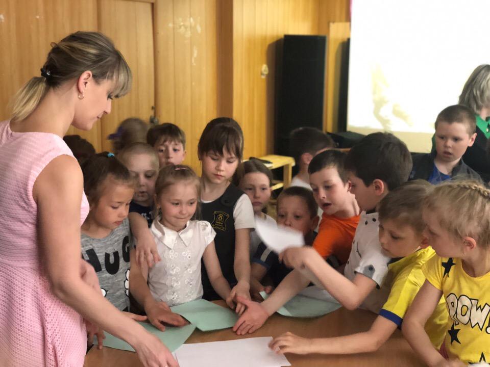 Дети складывали письма в треугольники, как в военное время.