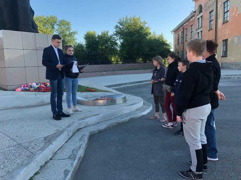 Участники акции читали стихи, пели военные песни и отдали дань памяти погибшим защитникам в годы Великой Отечественной войны.
