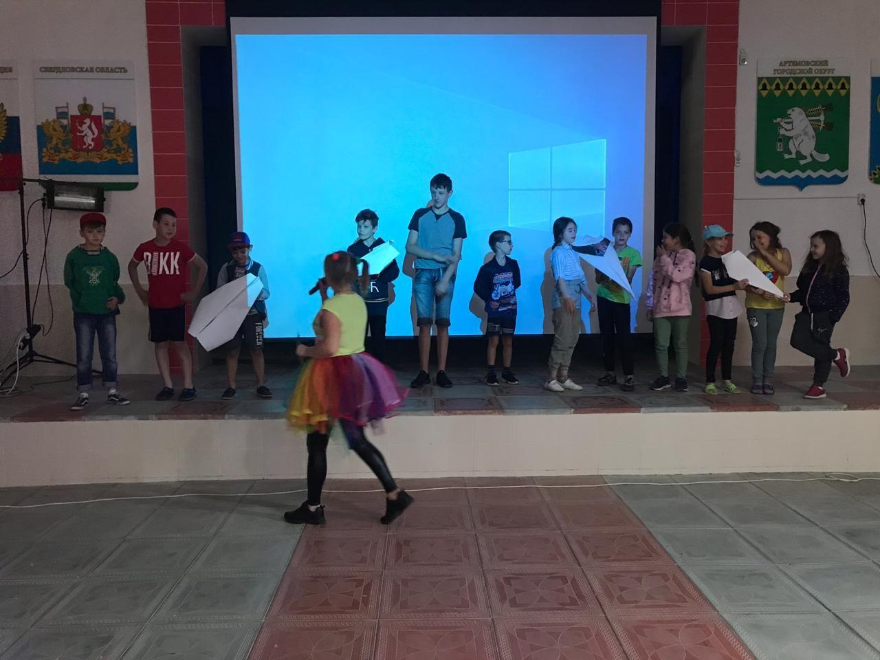 сотрудники Центра культуры и кино «Родина» провели танцевальную игровую программу «Путешествие на Радужные острова»