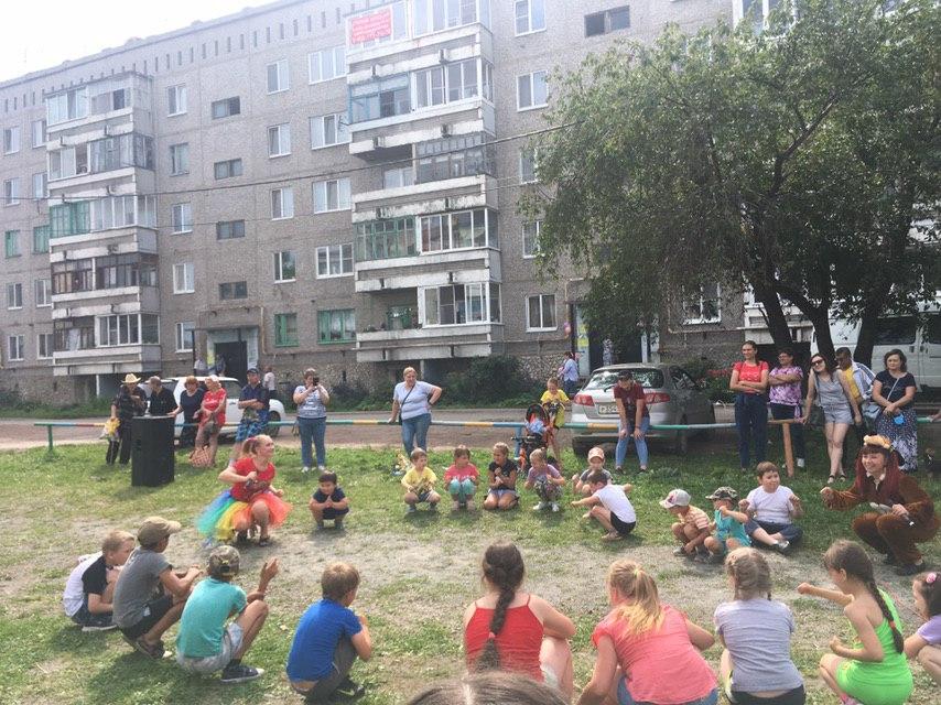 """17 августа состоялась детская игровая программа """"Наш дворик самый-самый!"""", посвященная юбилею дома 10 по ул. Машиностроителей."""