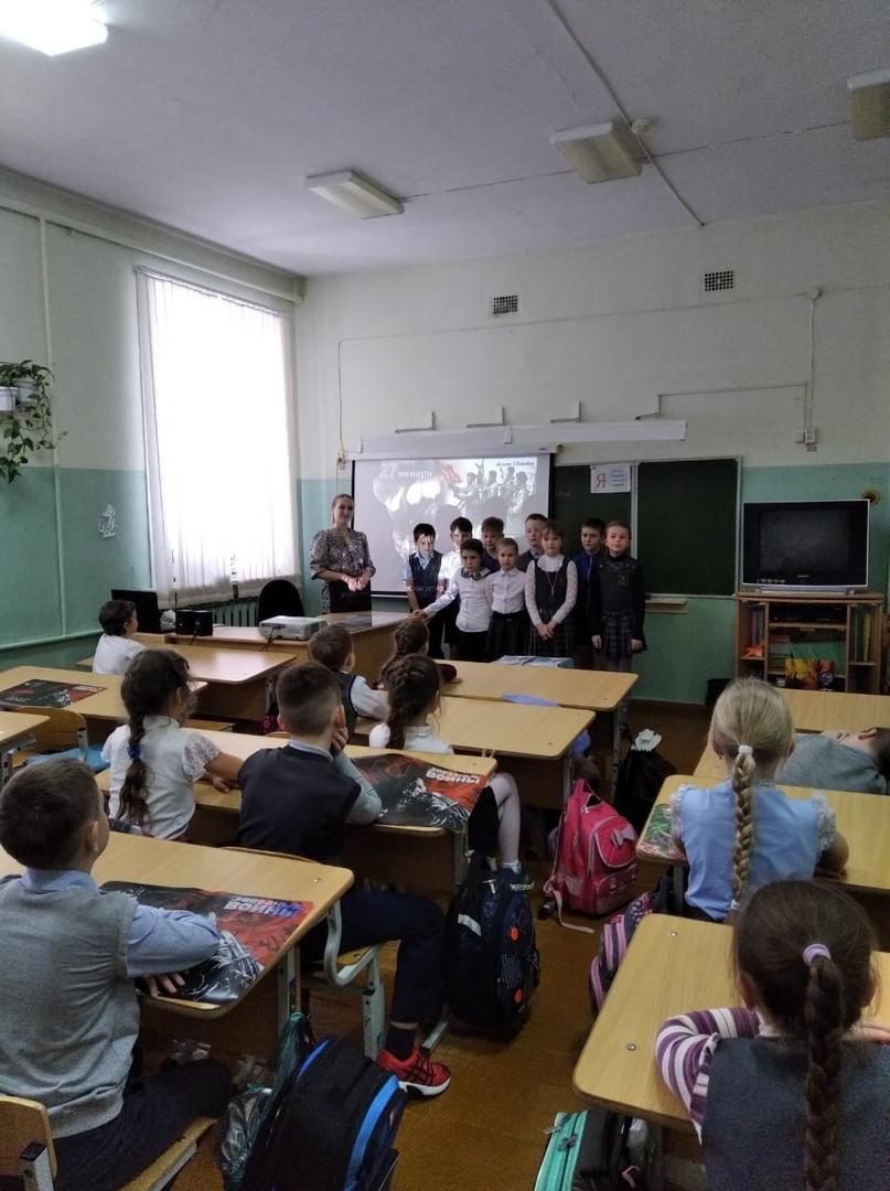 24 января в МАОУ СОШ №8 сотрудники Центра культуры и кино «Родина» в рамках акции «Блокадный хлеб» провели тематическую кинопрограмму для учащихся 3 класса «Освобожденный Ленинград»